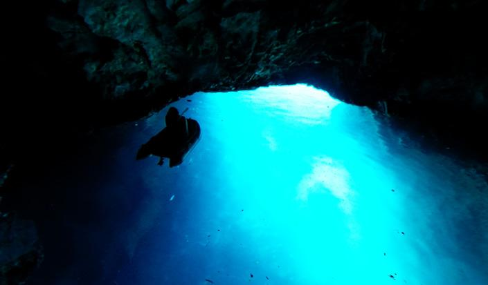 Die unwirkliche Schönheit der  blauen Grotte der Insel Biševo