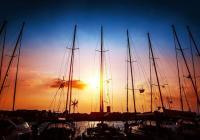 In den Sonnenuntergang hinaussegeln - Tipps für das Segeln bei Nacht