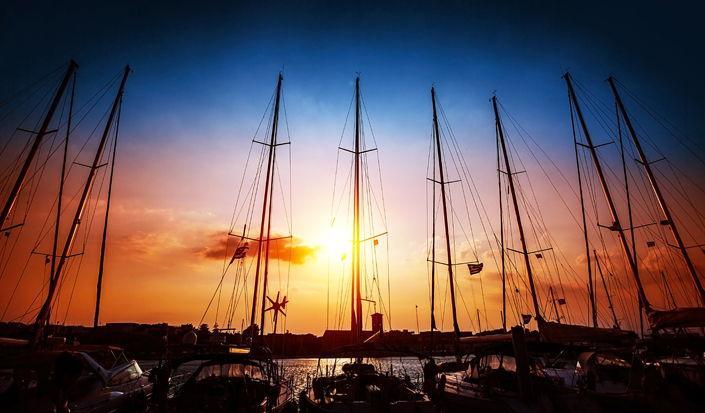 Segeln sonnenuntergang  In den Sonnenuntergang hinaussegeln - Tipps für das Segeln bei Nacht