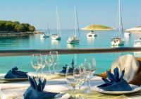 Wie man Fisch und Meeresfrüchte beim Segelurlaub bestellt