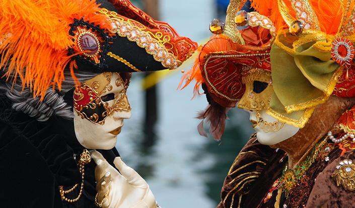 Machen Sie einen Ausflug zum Karneval in Venedig mit einem Boot!