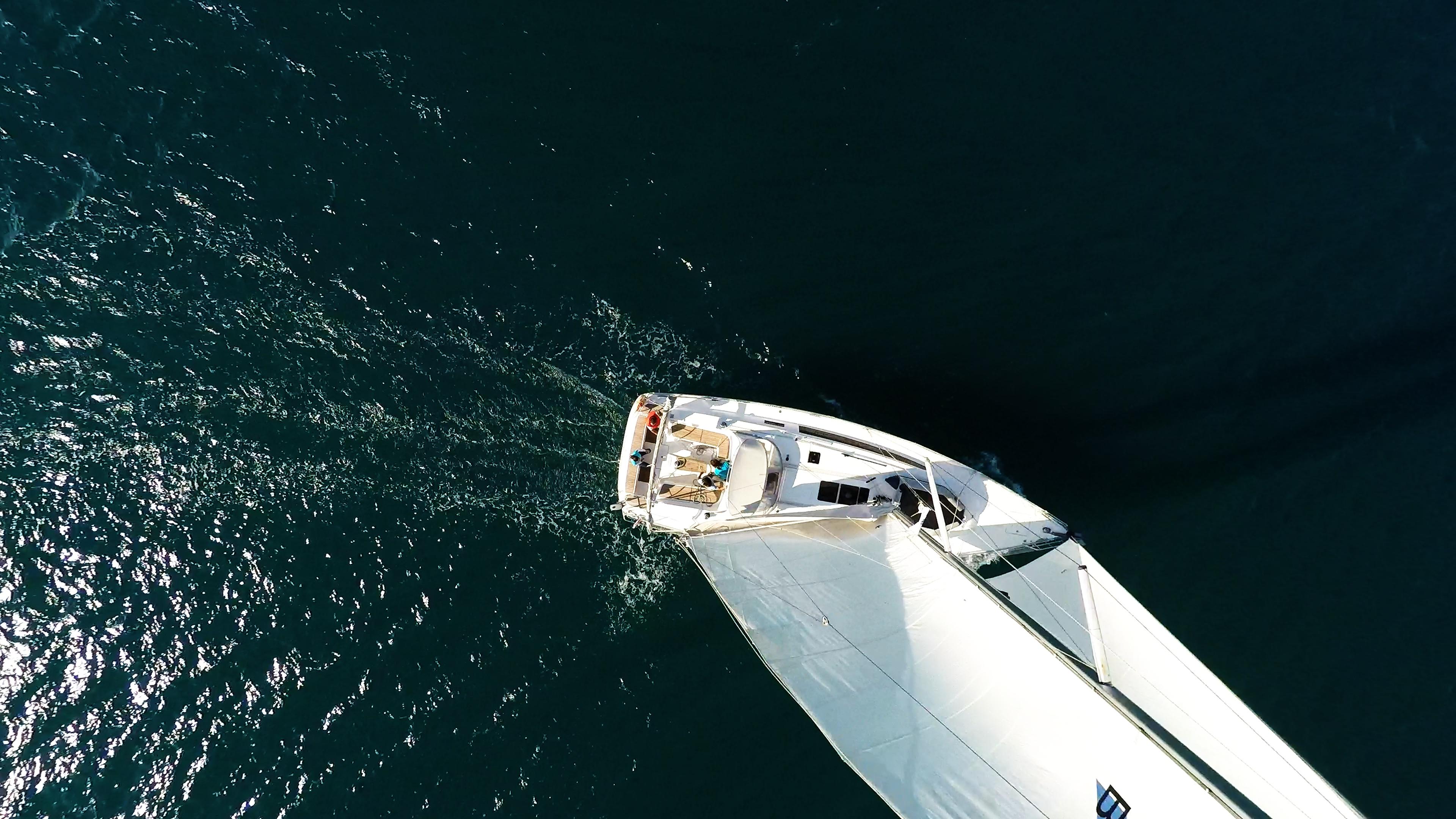 Segelyacht bavaria 46 Vogelperspektive Segelyacht Deck Mast Takelwerk Segel