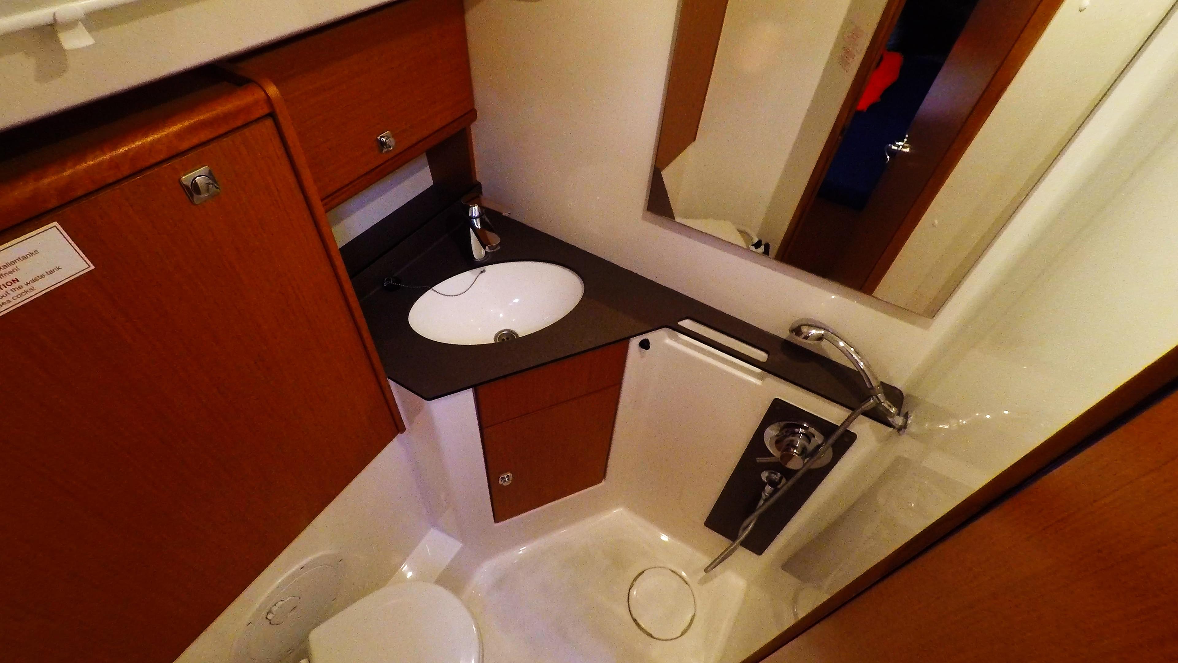 Segelyacht bavaria 46 cruiser Segelyacht Innere achtern links Toilette Toilette Dusche