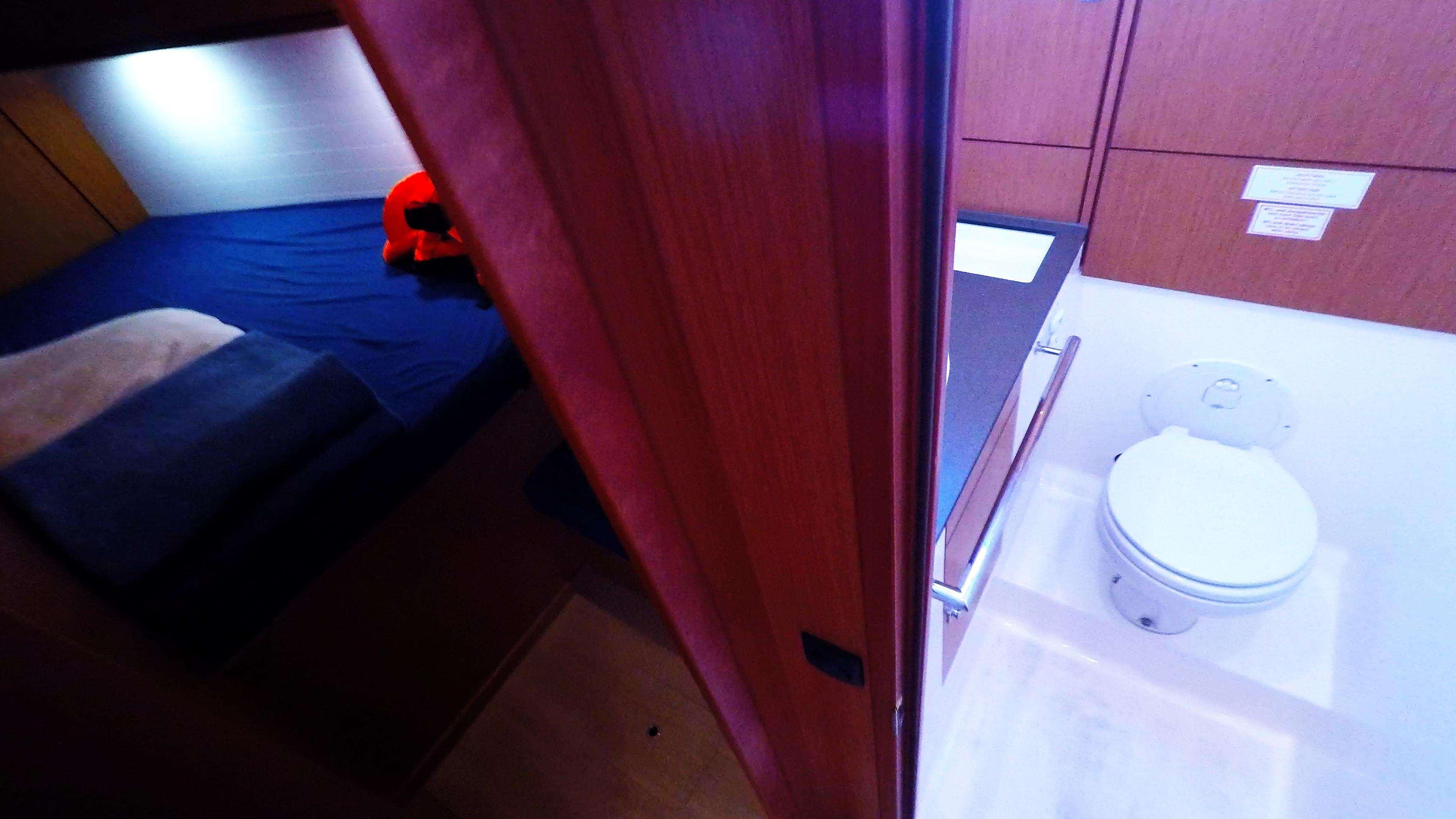 Segelyacht bavaria 46 cruiser Segelyacht Innere vordere rechte Kabine Toilette Toilette