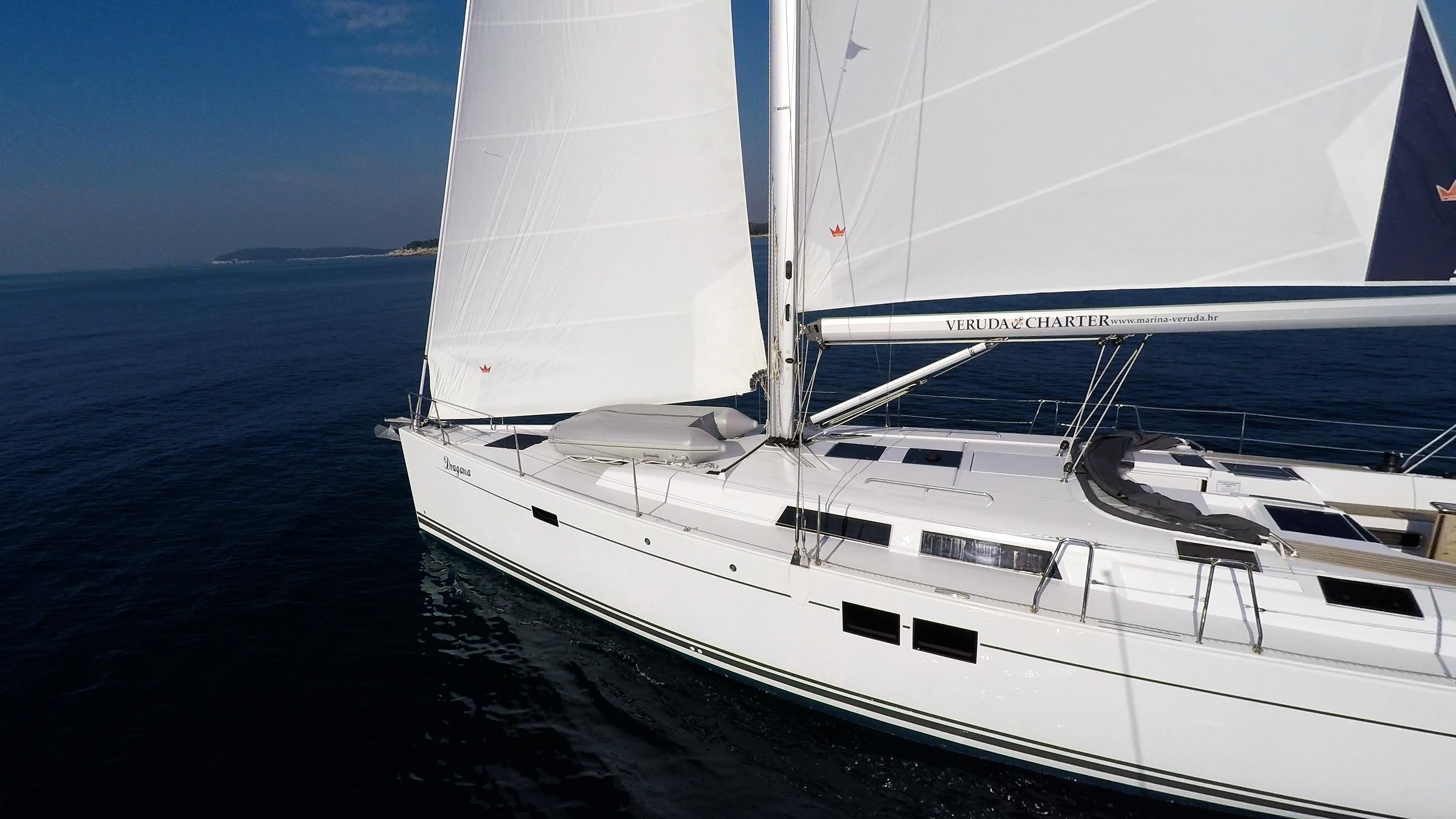 Segelyacht blaues Meer weiße Segel Segelboot Bug