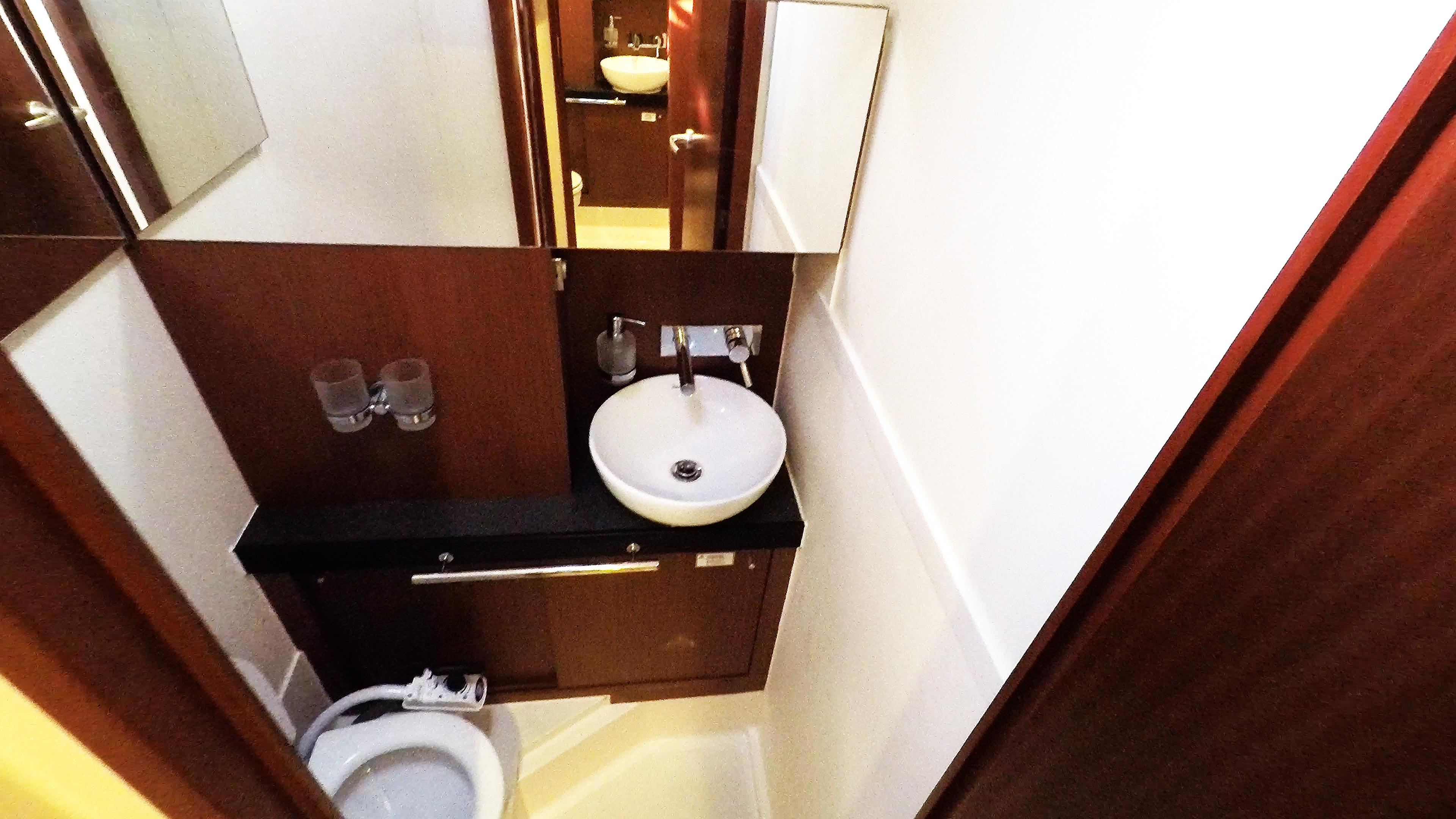 Segelyacht vordere rechte Toilette Toilette Segelyacht Hanse 505